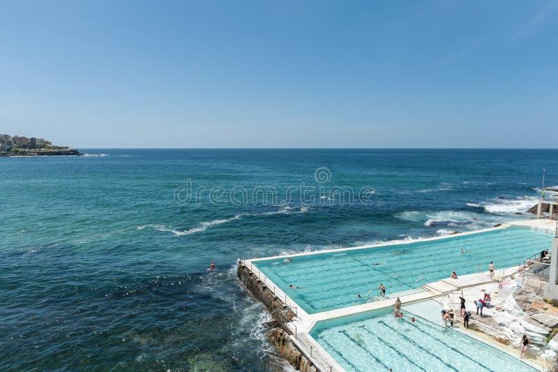СИДНЕЙ, АВСТРАЛИЯ - 7-ОЕ НОЯБРЯ 2014: Водный бассейн с людьми близко к пляжу Bondi в Сиднее, Австралии стоковое фото