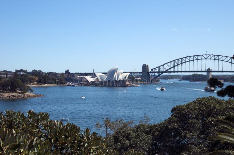 Сидней Австралия 17-ое сентября 2017, ландшафт гавани включая иконический оперный театр, мост и ботанические сады от сада стоковая фотография rf