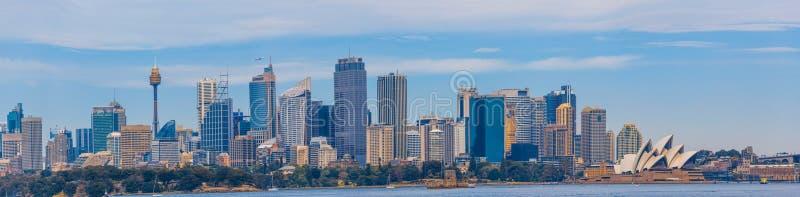 Сидней, Австралия - 3-ье октября 2017: Большая панорама горизонта Сиднея с небоскребами и оперным театром стоковые изображения