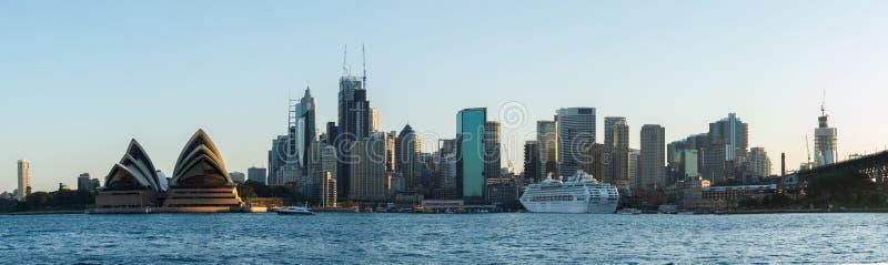 Сидней, Австралия - Circa 2019 : Панорама Сиднейского и Сиднейского оперного театра, изображенная в Киррибилли стоковые изображения