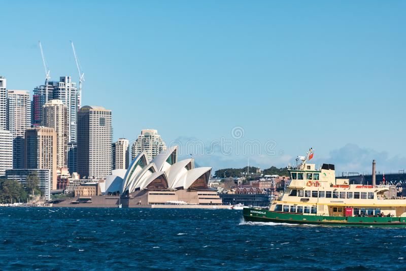 Сидней CBD и оперный театр Сиднея с паромом стоковое изображение