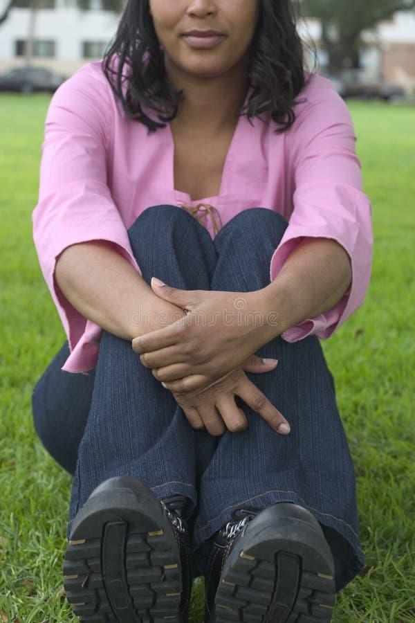 сидя женщина стоковая фотография