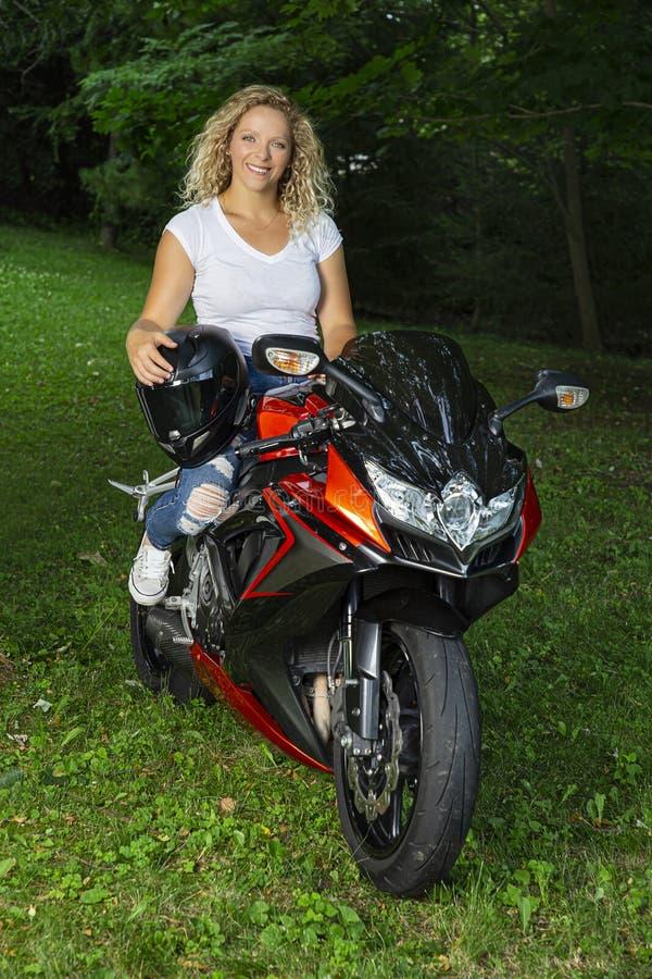 Сидя на спортивном мотоцикле стоковые фотографии rf