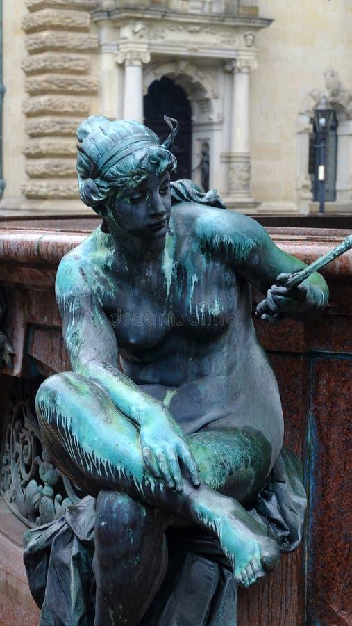 Сидя статуя античного металла зеленая молодой нагой женщины, скульптуры Венеры, украшая предпосылки фонтана искусства стоковые фотографии rf