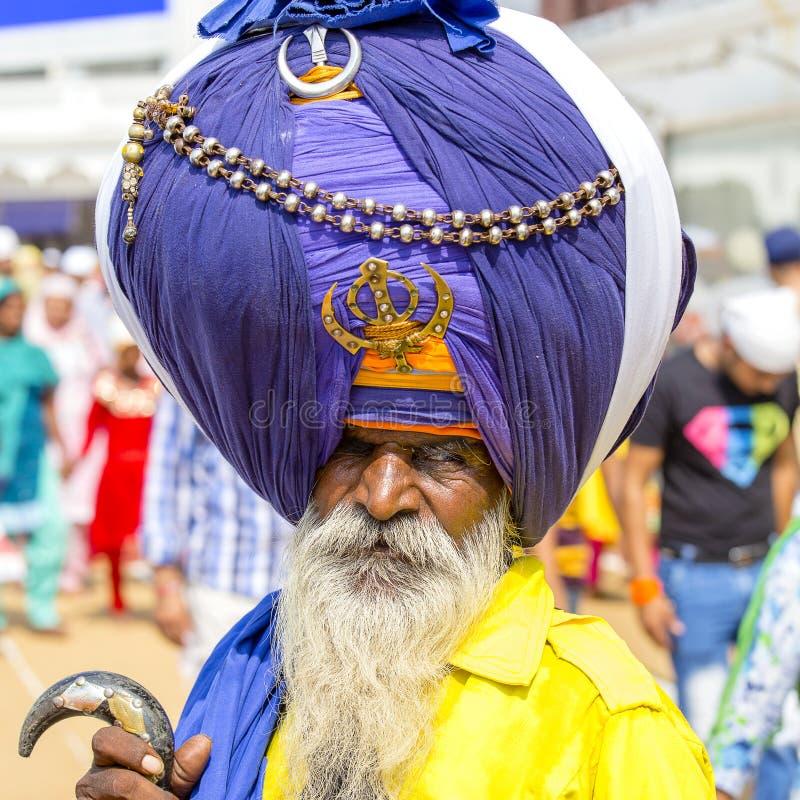 Сикхский человек посещая золотой висок в Амритсаре, Пенджабе, Индии Сикхское перемещение пилигримов от на всем Индии, котор нужно стоковые изображения