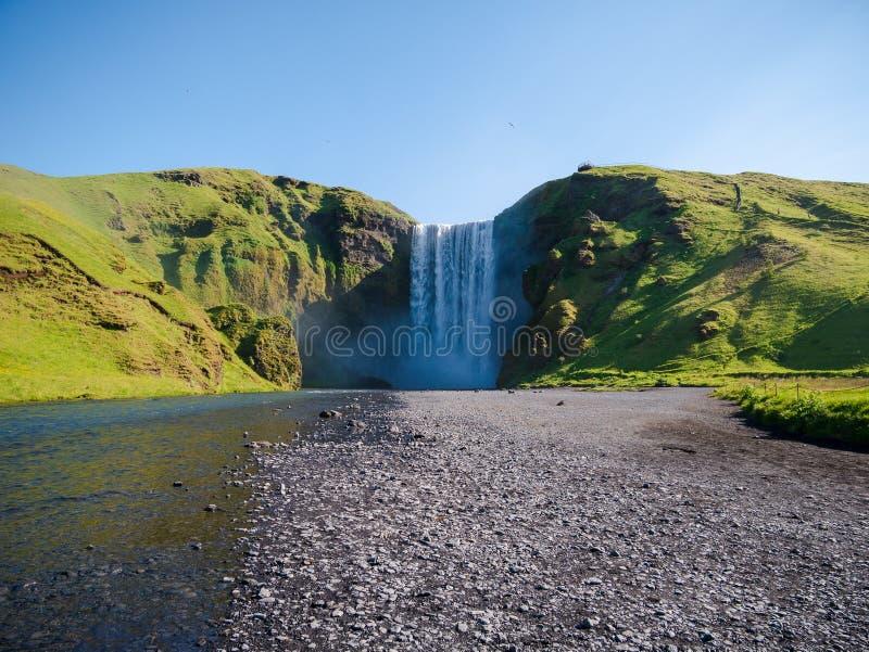 Сила водопада Skogafoss, Исландии стоковое изображение