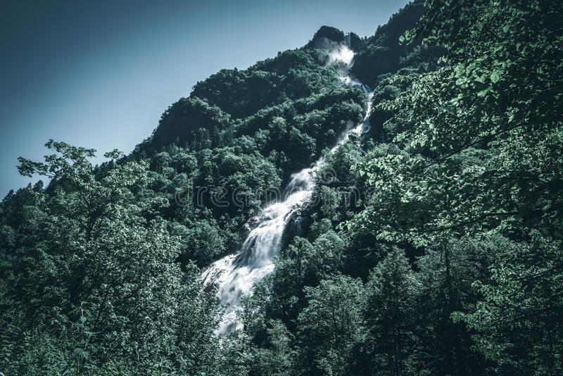 Сила изображения стиля настроения воды водопада темного стоковые изображения
