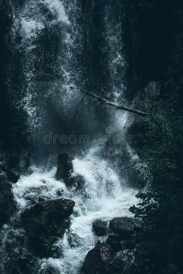 Сила изображения стиля настроения воды водопада темного стоковое изображение