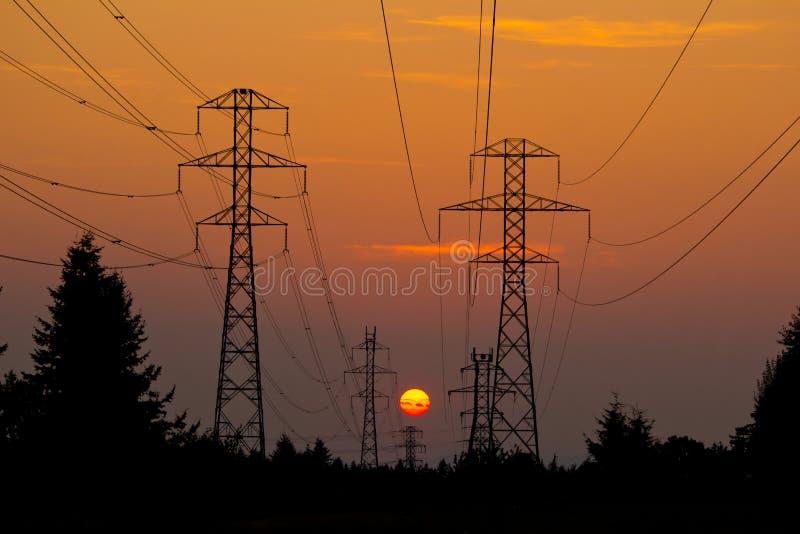 Силовые кабели в заходе солнца стоковые фотографии rf