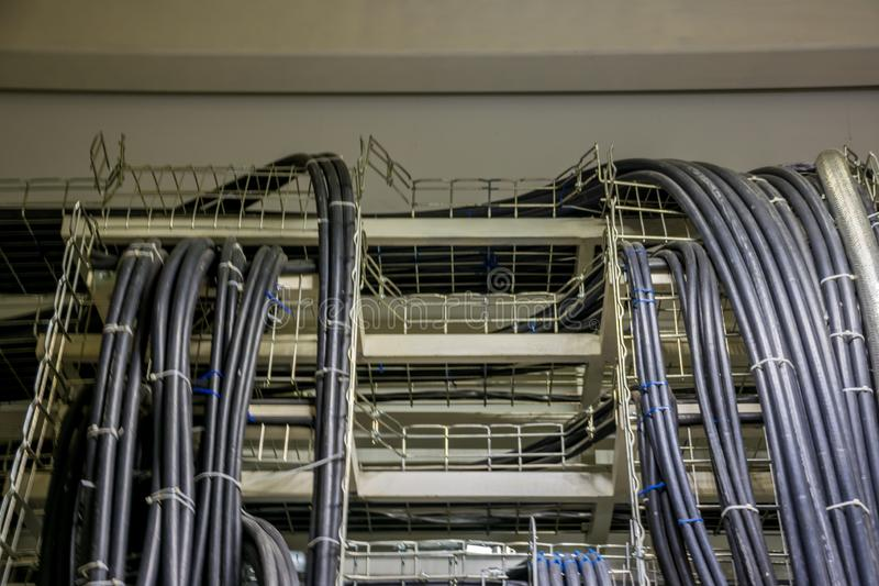 Силовые кабели в подносах в switchgear стоковые фотографии rf