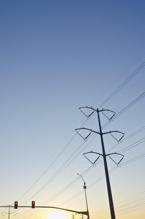 Силовые кабели и уличные светы в сухом небе лета стоковые фотографии rf