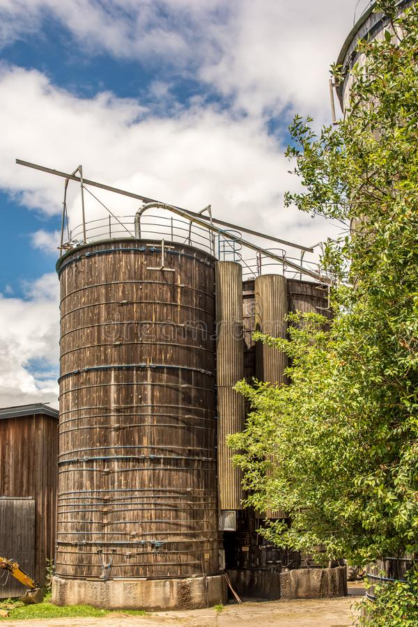 Силосохранилища зерна на старой ферме стоковые фотографии rf
