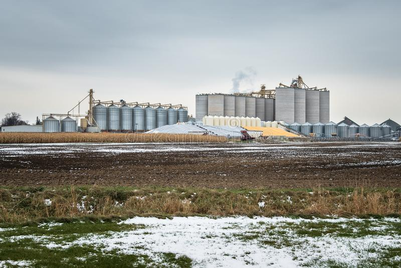 Силосохранилища и ящики стали для хранения зерна в сельской местности Онтарио стоковые изображения