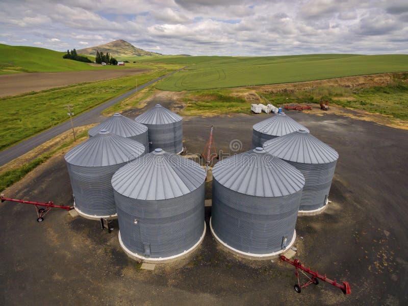 Силосохранилища хранения зерна, регион сельского хозяйства Palouse восточного штата Вашингтона стоковые изображения