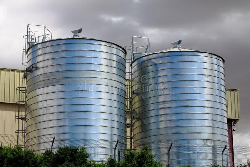 Силосохранилище в сельскохозяйственных угодьях стоковое изображение