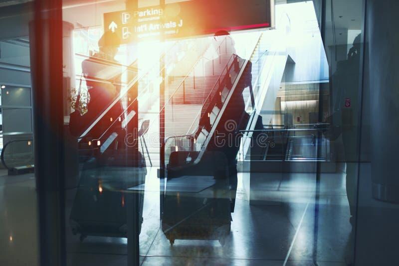 Силуэты бизнесмена в аэропорте который ждет восхождение на борт двойная экспозиция стоковое фото rf
