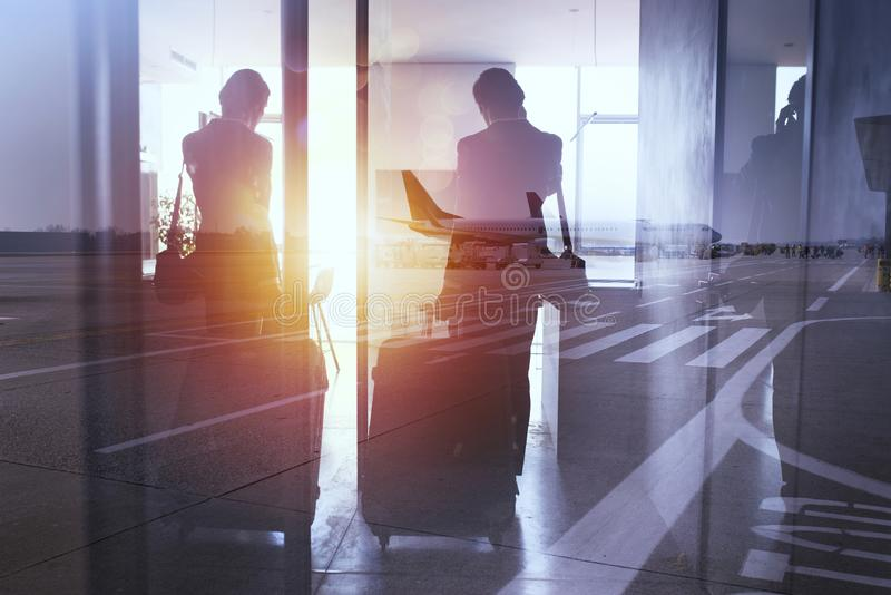 Силуэты бизнесмена в аэропорте который ждет восхождение на борт двойная экспозиция стоковое фото