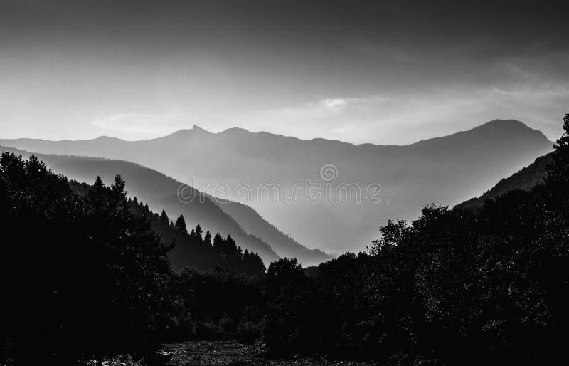 Силуэты горы в черно-белом стоковые изображения