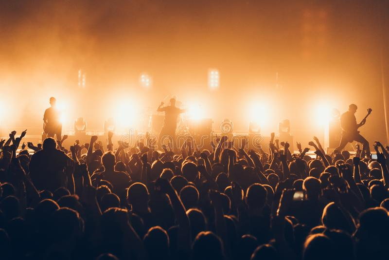 Силуэты концерта толпятся перед яркими светами этапа Толпа распродано на рок-концерте Толпа вентиляторов на музыке праздничной PA стоковые изображения