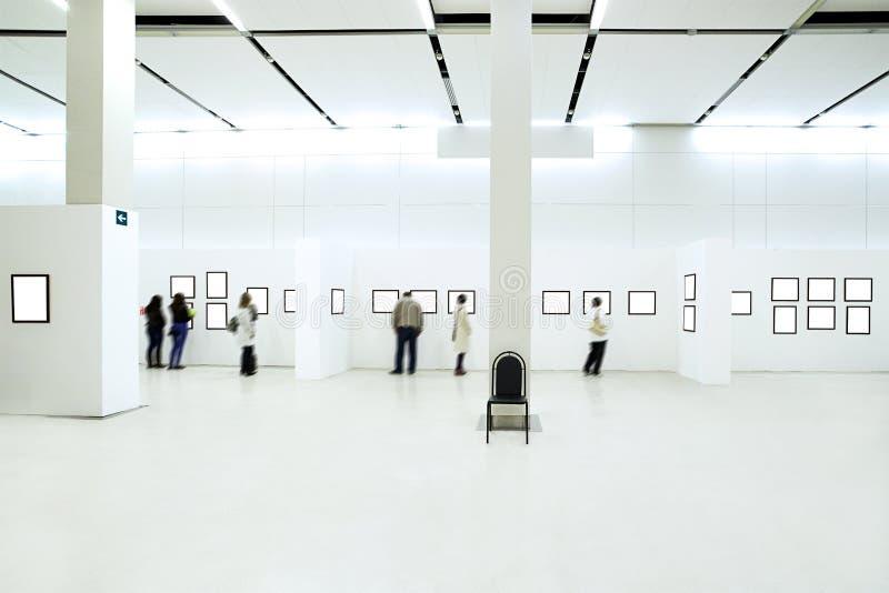 силуэты людей музея стоковое изображение rf