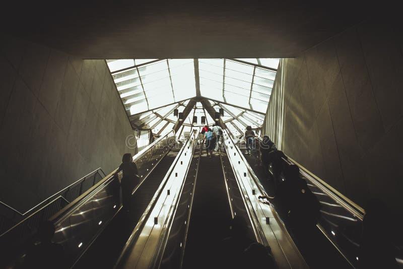 Силуэты людей приходя от эскалатора стоковое изображение rf