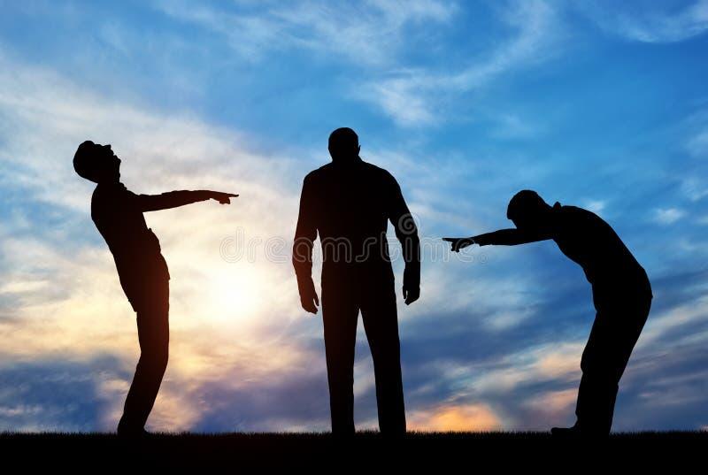 Силуэты 2 людей смеясь над на унылом человеке указывая палец на его стоковое изображение