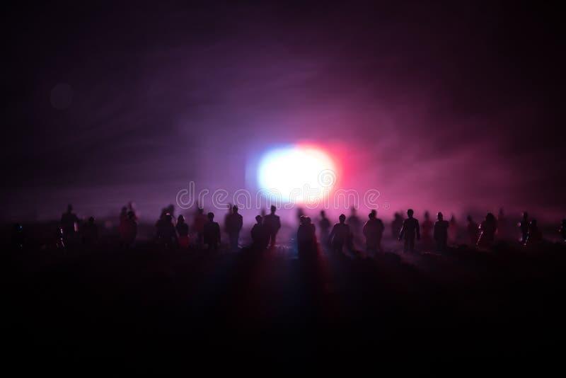 Силуэты толпы стоя на поле за запачканной туманной предпосылкой Революция, люди протестует против правительства, человека f стоковое фото