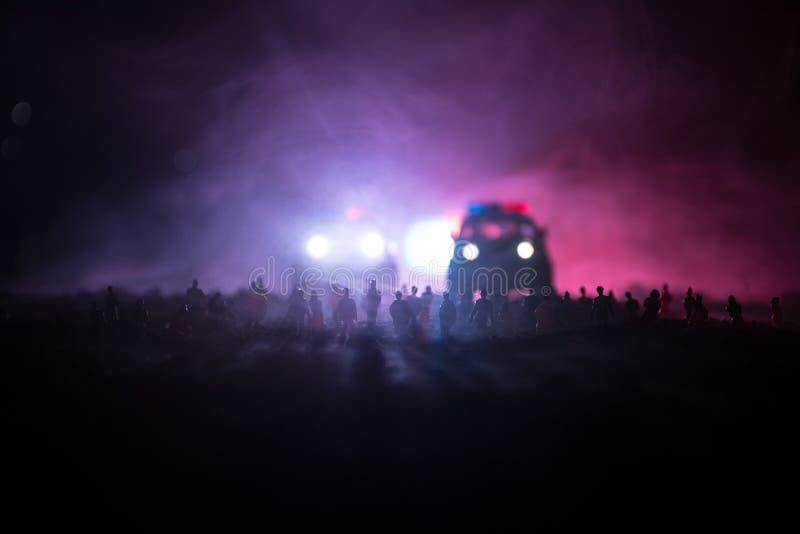 Силуэты толпы стоя на поле за запачканной туманной предпосылкой Революция, люди протестует против правительства, человека f стоковая фотография