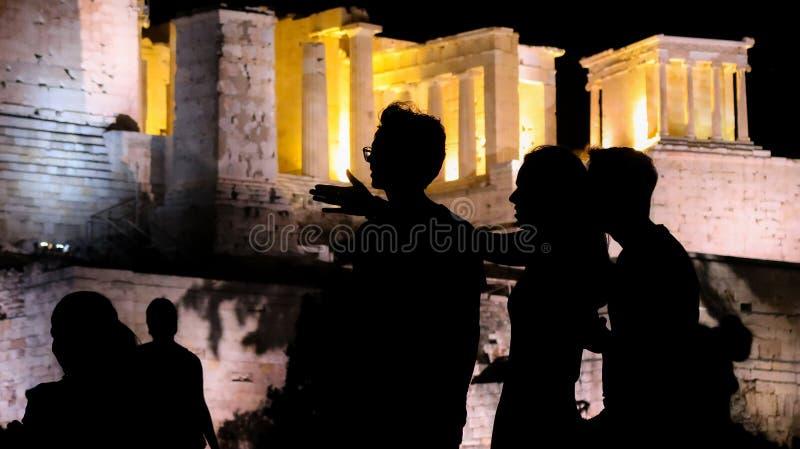 Силуэты туристов, посетителей и locals на акрополе стоковая фотография rf