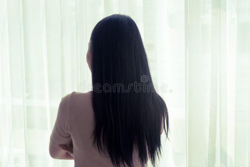 Силуэт азиатской женщины яркими окнами стоковая фотография rf