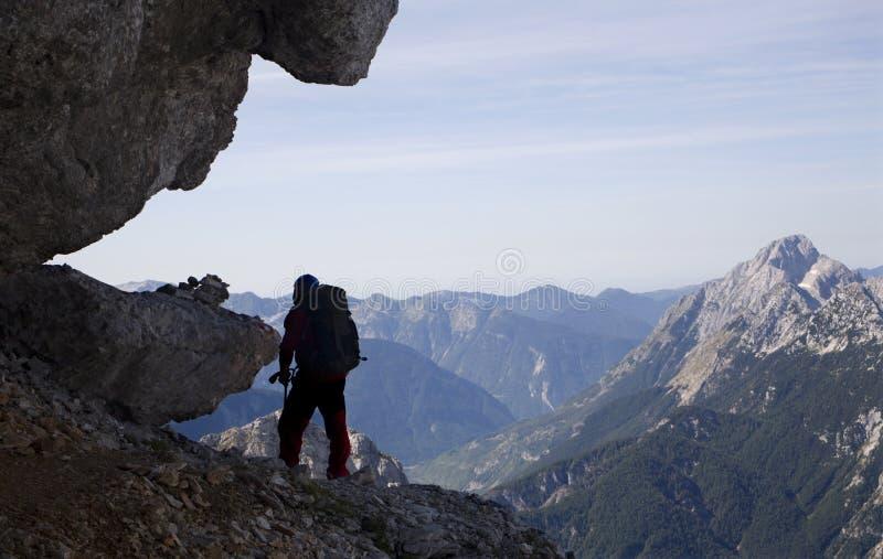 силуэт альпиниста стоковые изображения