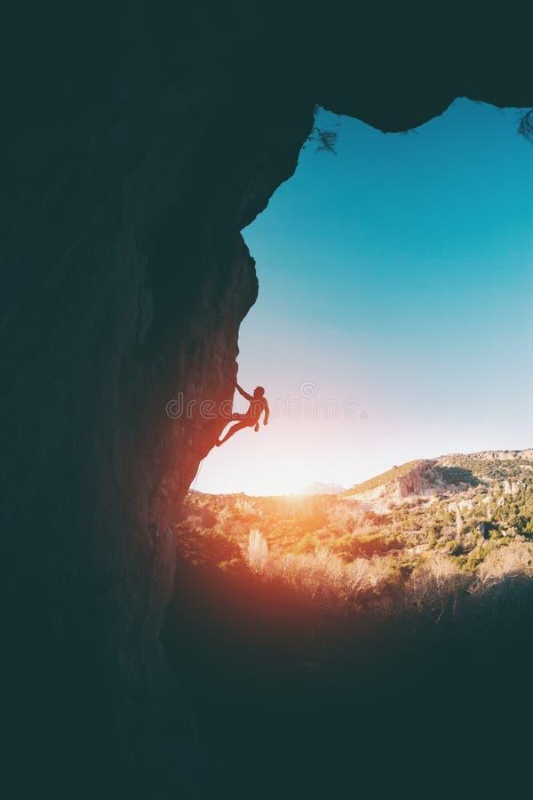 Силуэт альпиниста стоковые фото