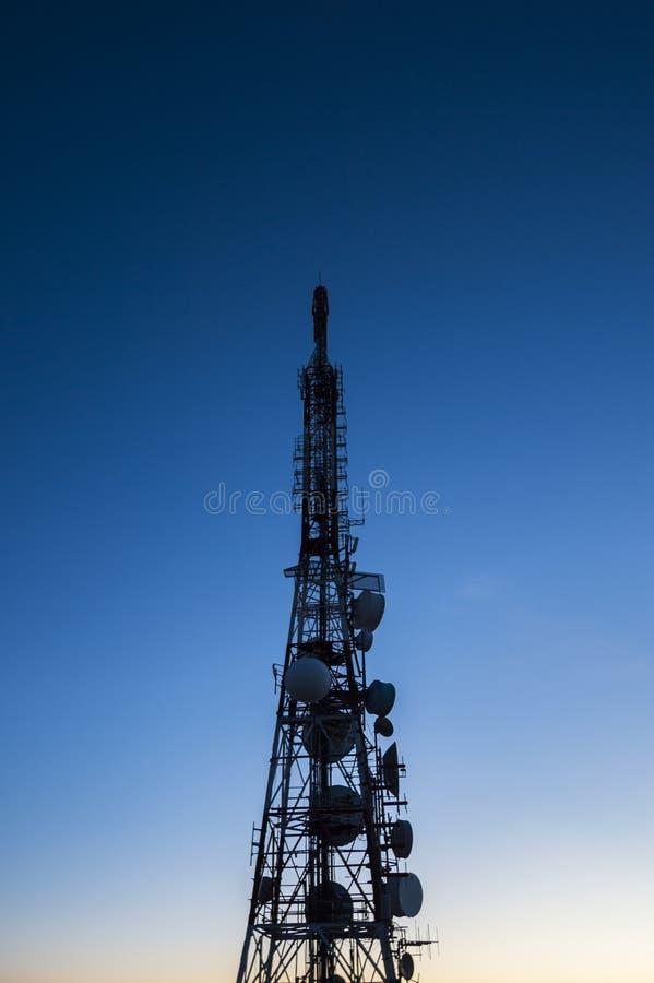 Силуэт башни радиосвязи передачи антенны стоковые фотографии rf