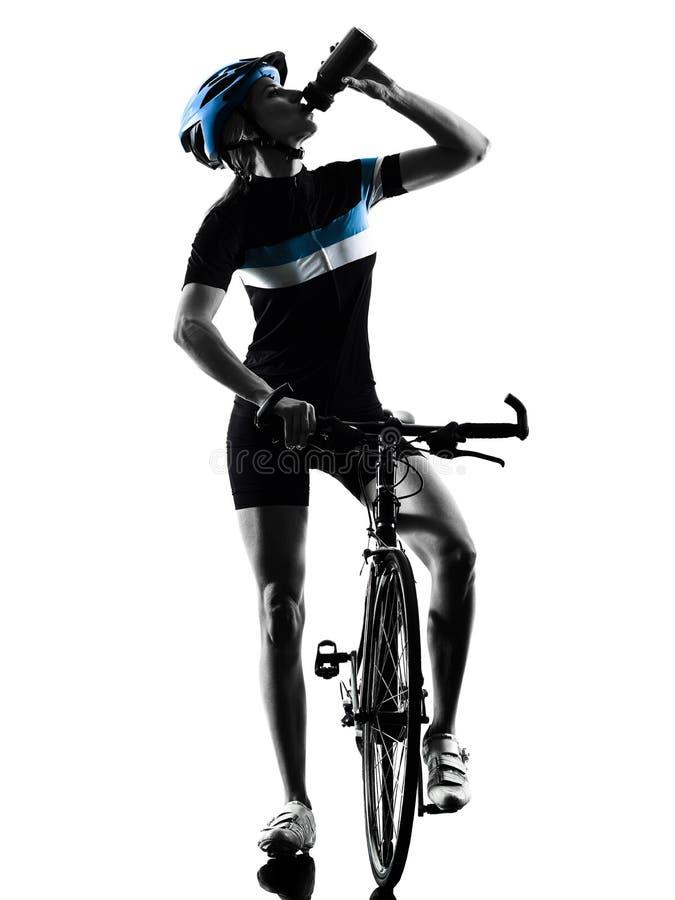 Силуэт велосипеда велосипедиста задействуя выпивая изолированный женщиной стоковая фотография rf