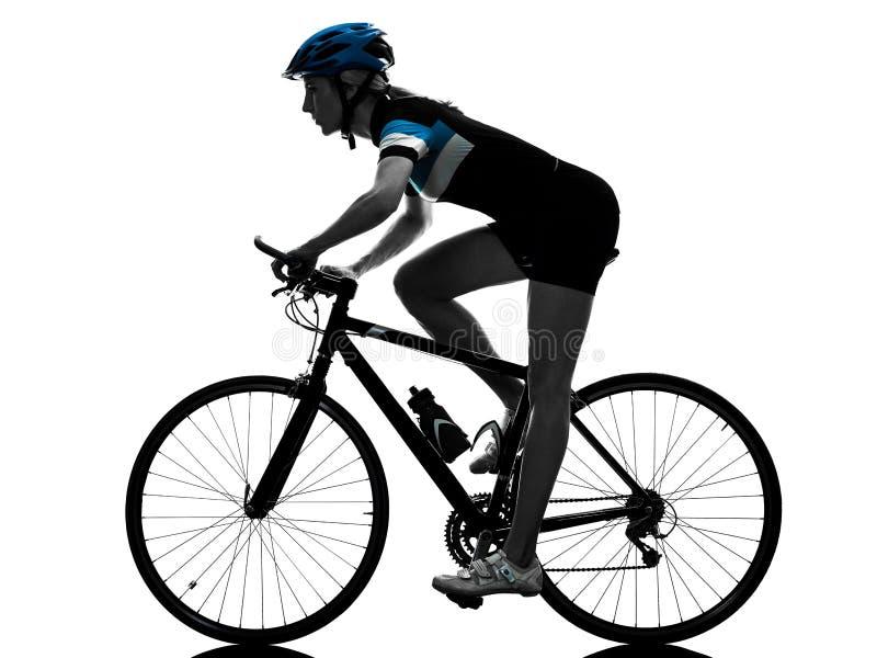 Силуэт велосипеда катания велосипедиста задействуя изолированный женщиной стоковое изображение