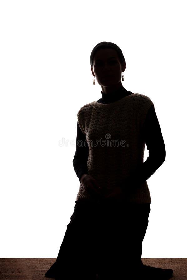 Силуэт взгляда молодой женщины вперед - стоковое фото