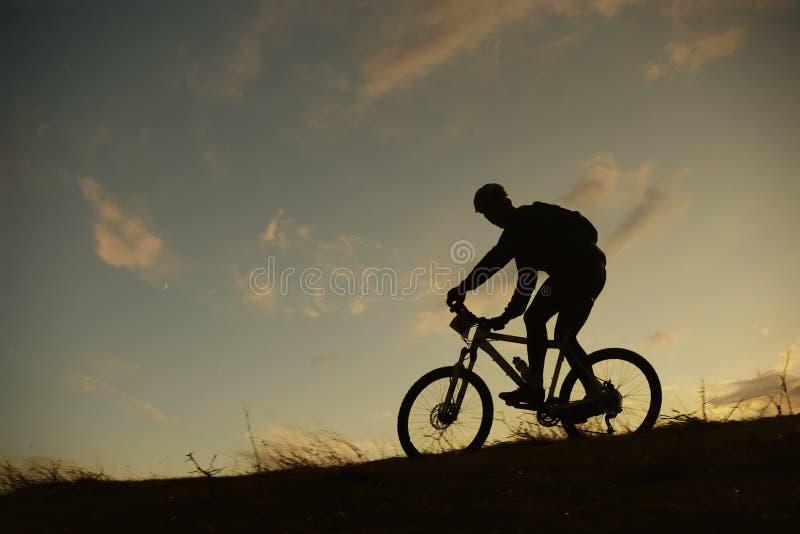 силуэт горы велосипедиста стоковая фотография