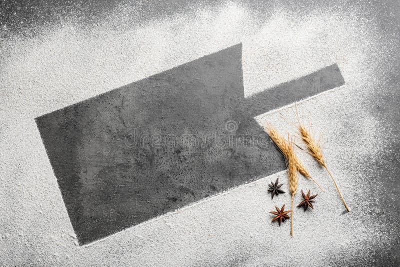 Силуэт доски на пшеничной муке стоковая фотография rf