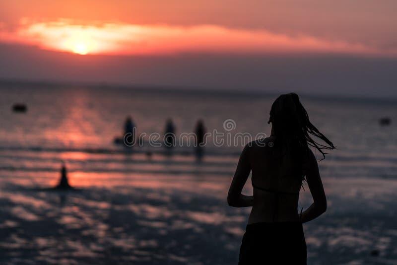 Силуэт женщины на виде на море Концепция сиротливая для holid стоковое фото rf