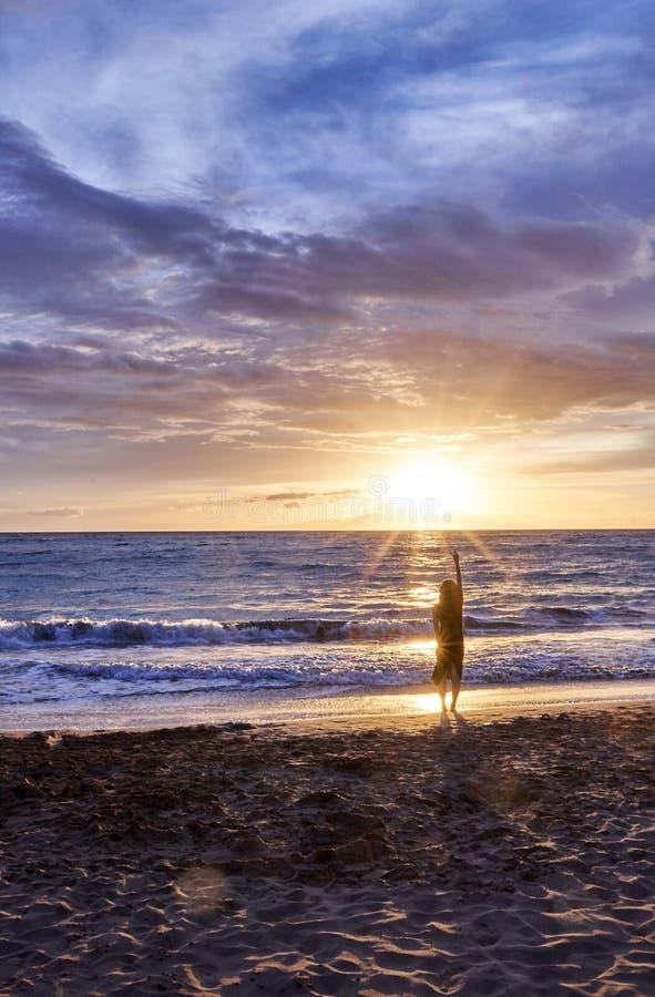 Силуэт женщины на пляже Мауи смотря красивый заход солнца Гаваи, США стоковая фотография rf