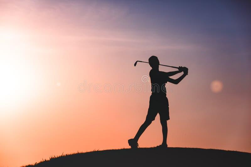 Силуэт игрока в гольф мальчика стоковые изображения