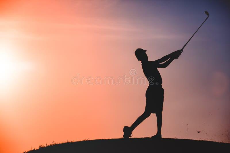 Силуэт игрока в гольф мальчика стоковая фотография rf