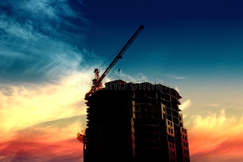 силуэт кранов конструкции здания бесплатная иллюстрация