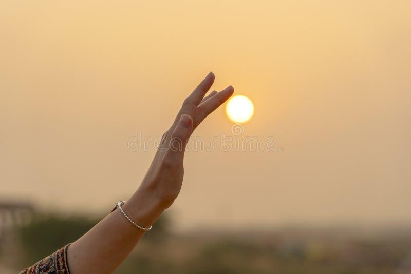 выглядит по-разному, фото человека держащего солнце секрет глуп