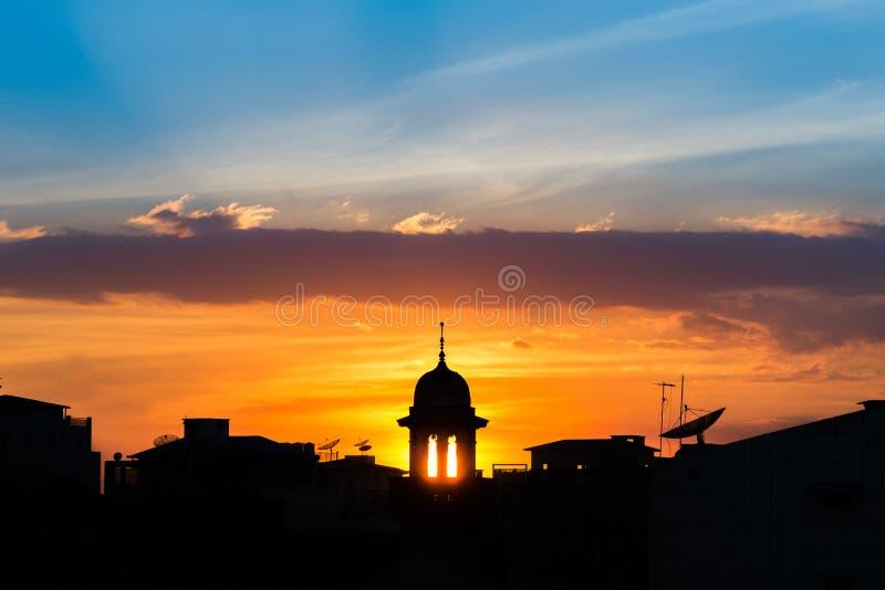 Силуэт мечети с красивой предпосылкой захода солнца мечеть больше чем святыня, исследование и обсуждает ислам, общину стоковая фотография