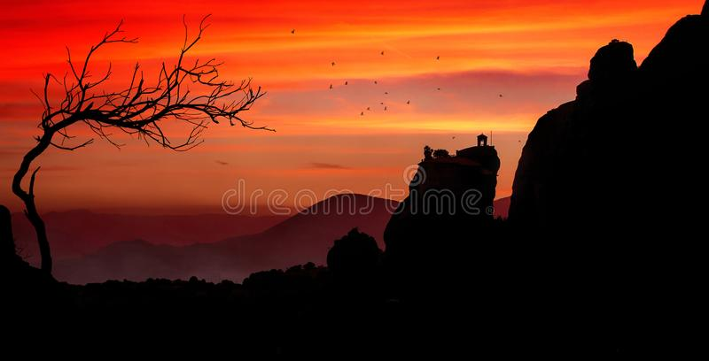 Силуэт монастыря от Meteora на заходе солнца стоковая фотография rf