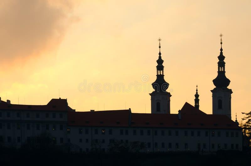 Силуэт монастыря Strahov в Hradcany с предпосылкой захода солнца, Прагой, чехией стоковые изображения