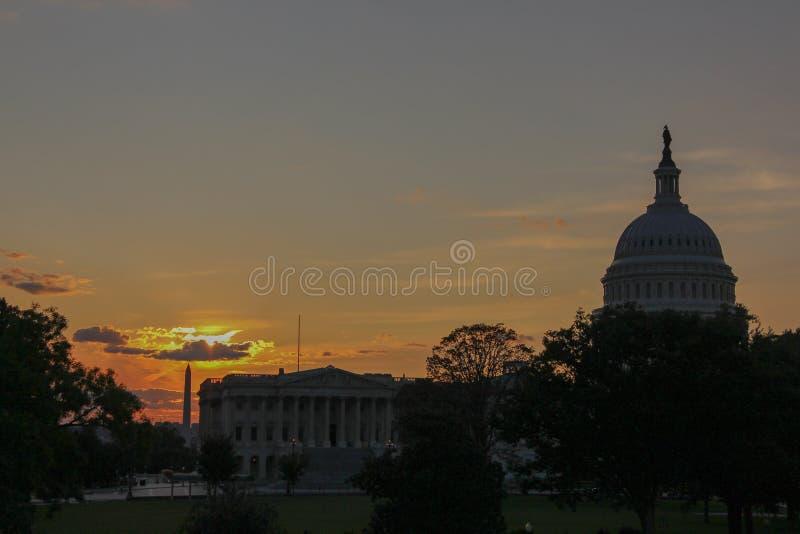 Силуэт памятника Capitol Hill и Вашингтона на сумерках стоковая фотография