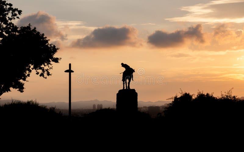 Силуэт памятника Sant Jordi St. George в Барселоне на времени захода солнца стоковое фото rf