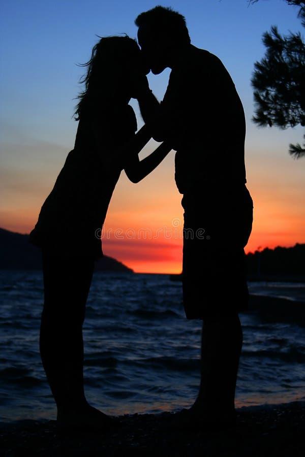 силуэт пар целуя стоковые фото